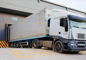 Camión frigorífico descargando en las instalaciones de Stock Logistic en Algeciras.